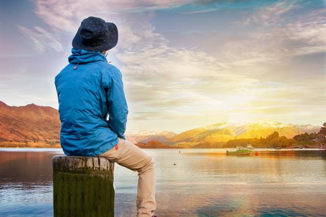 湖を眺める人
