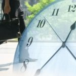 ビジネスマンと時間を表す時計