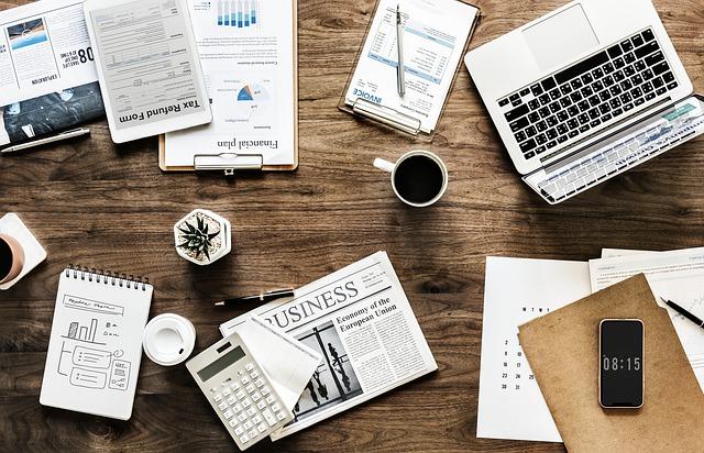 机の上のパソコンや電卓などの事務用品